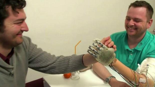 دست مصنوعی با حس لامسه
