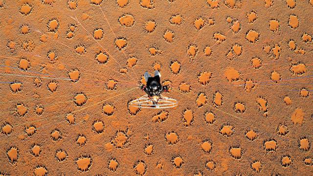 نمایش سورئال از بالا در نامیبیا/ تئو آیوفس