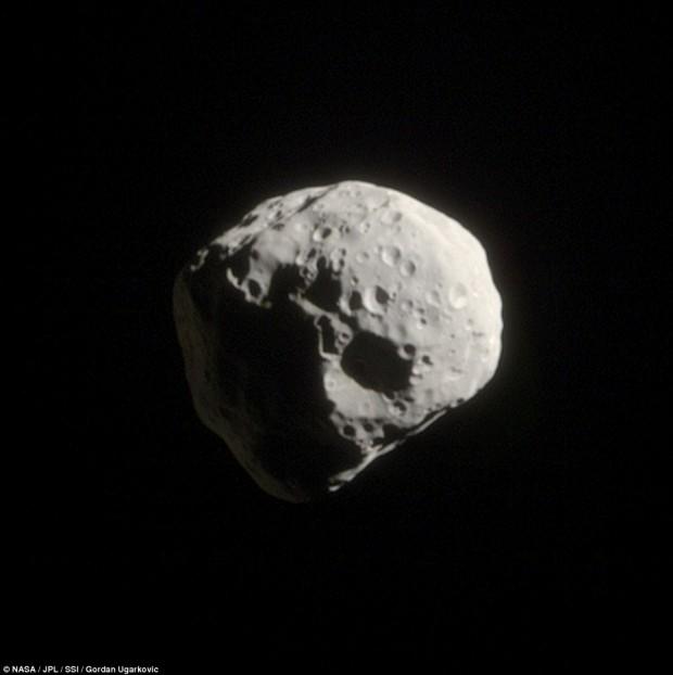 تصویری از قمر کوچک و غیر منظم اپیمتئوس با قطری حدود ۱۳۰ کیلومتر