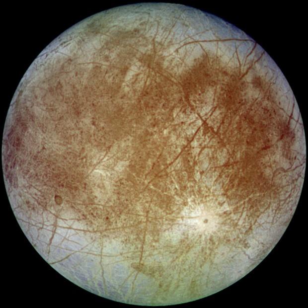 این تصویر را فضاپیمای گالیله در سال 1996 از قمر اروپا تهیه کرده است