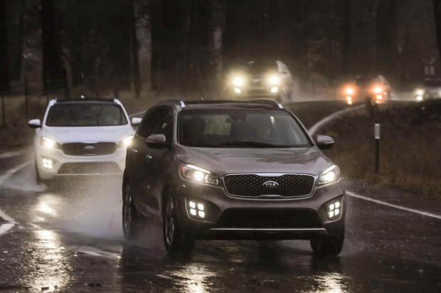 ۲۰۱۶-kia-sorento-sx-limited-front-lineup-in-motion-2