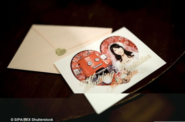 ۲A0C7AF800000578-3142129-Special_invitations_were_made_which_featured_a_picture_of_the_tw-a-77_1435508895004