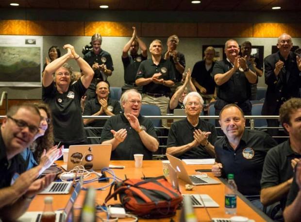 ۱۴ ژوییه ی ۲۰۱۵، شادمانی اعضای گروه علمی نیوهورایزنز در آزمایشگاه فیزیک کاربردی دانشگاه جانز هاپکینز واکنش به دیدن تازه ترین و آشکارترین تصویر پلوتو پیش از رسیدن فضاپیما به نزدیک ترین رویارویی با آن در چند ساعت بعد.