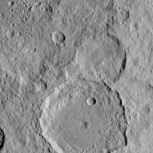 ضاپیمای داون ناسا این عکس را از دهانه ی Gaue روی سرس گرفته، همان دهانه ی بزرگی که پایین تصویر دیده می شود. Gaue نام یکی از خدایان اقوام ژرمن بود که به هنگام برداشت چاودار به او پیشکش هایی می کردند.