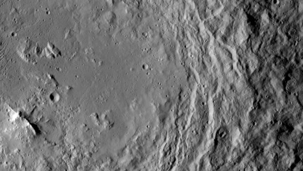 در این عکس که توسط فضاپیمای داون ناسا گرفته شده، برآمدگی یک کوه را نزدیک پایین، چپ می بینیم. این کوه در مرکز دهانه ی ارورا روی سرس جای دارد. گفتنی است که اورْوَرا یا اورْوَرَ (Urvara) نامش را از نماد باروری در فرهنگ باستانی هندوایرانی گرفته: گیاهان در اوستا و زمین های حاصلخیز در ریگوِدا.