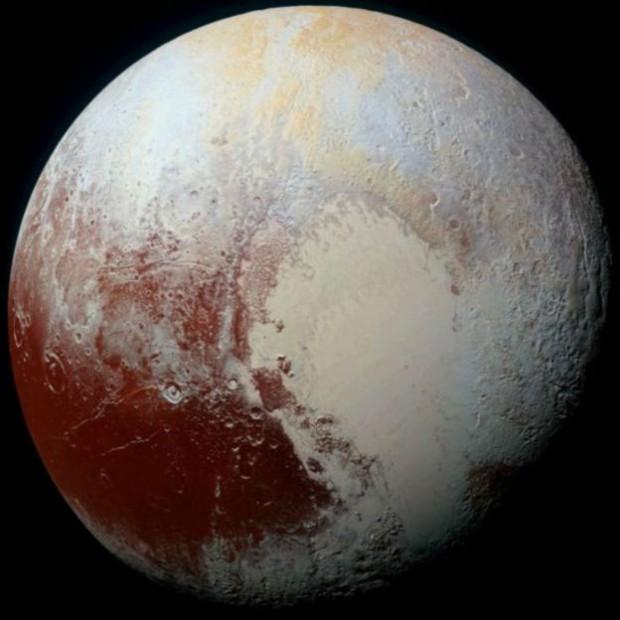 تصویری با وضوح بالا از پلوتو که از ترکیب عکسهای دو دوربین نیوهورایزنز تشکیل شده است