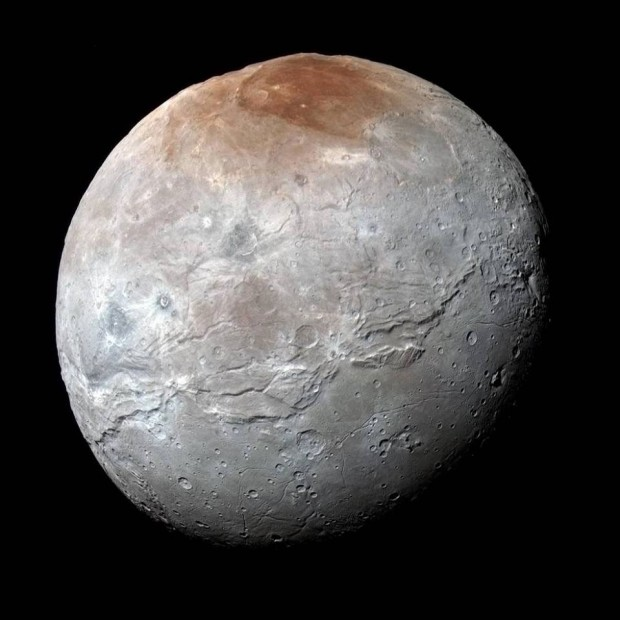 شارون با رنگ های سیر شده- فضاپیمای نیوهورایزنز ناسااین تصویر پررنگ و باکیفیت را درست پیش از رسیده به کمترین فاصله اش از شارون در ۱۴ ژوییه ی ۲۰۱۵ گرفت. این عکس از پیوند نماهای آبی، سرخ، و فروسرخی درست شده که نیوهورایزنز با دوربین زاویه گسترده ی رالف/چندطیفی خود (MVIC) گرفته؛ این رنگ ها برای آن که ویژگی های گوناگون سطح شارون را به بهترین شیوه نشان دهند، پردازش شده اند. گوناگونی رنگ های شارون به اندازه ی پلوتو نیست؛ خیره کننده ترین بخش رنگی آن، سرخی شمالگان آنست (بالا) که به طور غیررسمی به نام لکه ی موردور (Mordor Macula) نامیده شده. شارون ۱۲۱۴ کیلومتر قطر دارد، و این تصویر جزییاتی به کوچکی ۲.۹ کیلومتر را روی آن آشکار می کنند.