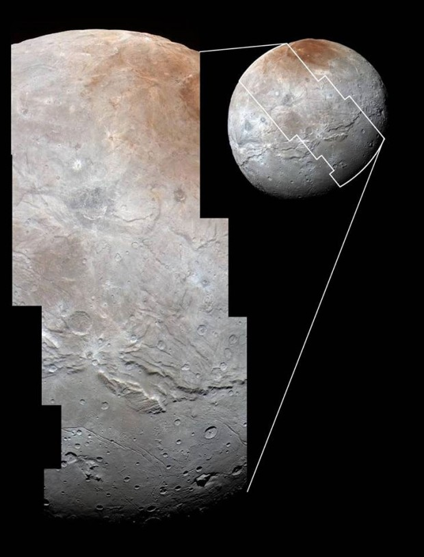 تصاویر پُروضح شارون که فضاپیمای نیوهورایزنز ناسا اندکی پیش از رسیدن به نزدیک ترین فاصله در روز ۱۴ ژوییه ی ۲۰۱۵، با دوربین شناسایی برد بلند خود گرفته بود و در اینجا نماهای پررنگ شده ی دوربین زاویه گسترده ی رالف/چندطیفی (MVIC) هم به آن ها افزوده شده. بلندی های پوشیده از دهانه ی شارون، در بالا توسط رشته دره هایی شکسته شده و در پایین هم به دشت های هموار فلاته ی وولکان می رسد. این چشم انداز پهنای ۱۲۱۴ کیلومتری شارون را می پوشاند و جزییاتی به کوچکی ۰.۸ کیلومتر را هم روی آن نمایان می کند.