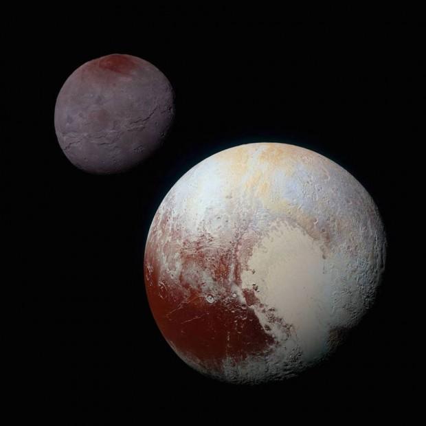این چشم انداز پیوندی از تصاویر پررنگ شده ی شارون (بالا، چپ) و پلوتو (پایین، راست) است که فضاپیمای نیوهورایزنز ناسا به هنگام گذر از درون سامانه ی پلوتو در روز ۱۴ ژوییه ی ۲۰۱۵ گرفته بود. این عکس تقاوت های خیره کننده ی پلوتو و شارون را نشان می دهد. رنگ و درخشش هر دو جرم به یک اندازه پردازش شده تا امکان یک همسنجی (مقایسه ی) سرراست میان ویژگی های سطح هر دو را به ما بدهد. این پردازش یکسان همچنین همانندی میان شمالگان سرخ شارون و استوای سرخ پلوتو را نیز نمایان می کند. اندازه ی نسبی پلوتو و شارون در این تصویر تقریبا درست است، ولی فاصله ی آن ها واقعی نیست. در این عکس داده های آبی، سرخ و فروسرخی به کار رفته که توسط دوربین زاویه گسترده ی رالف/چندطیفی (MVIC) نیوهورایزنز گرد آمده.