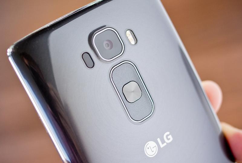 طراحی گوشی هوشمند ال جی G Flex 2 با ظاهر دارای انحنا و آلیاژ بدنه ی فوق العاده ی آن که توانایی برطرف کردن خراش ها را دارد، بسیار شگفت انگیز است.
