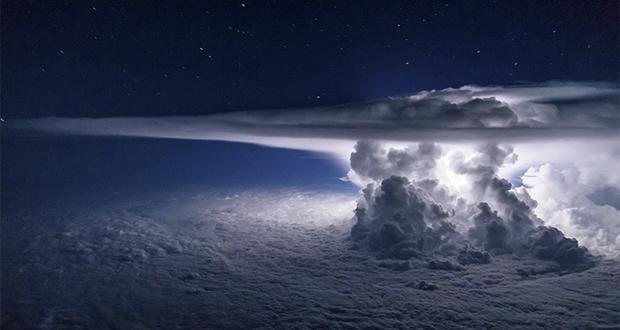 این تصویر فوقالعاده از طوفان را یک خلبان از ارتفاع ۱۱ کیلومتری ثبت کرده است!