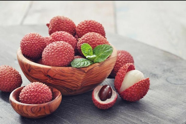 Fresh lychee in bowl on a wooden background 620x413 - عجیب ترین میوه های جهان (بخش دوم)