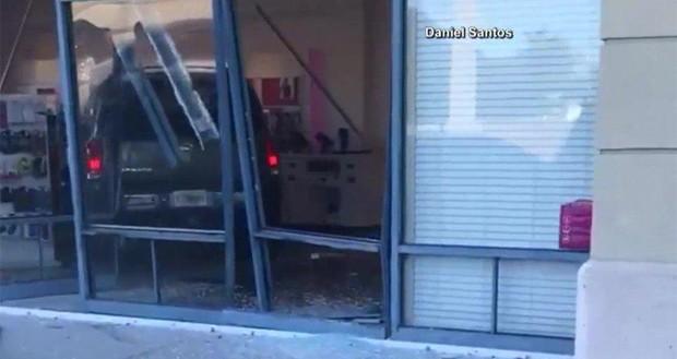 حملهی زن عصبانی با خودروی خود به داخل فروشگاه T-Mobile !