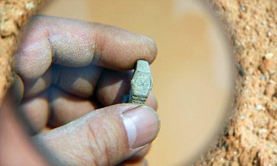 معماهای حل نشده توسط علم-ساعت مدرن در مقبره باستانی
