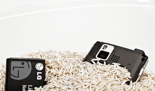 افتادن موبایل در آب ؛ اتفاقی که گریبانگیر بسیاری از کاربران شده است (نتایج نظرسنجی)