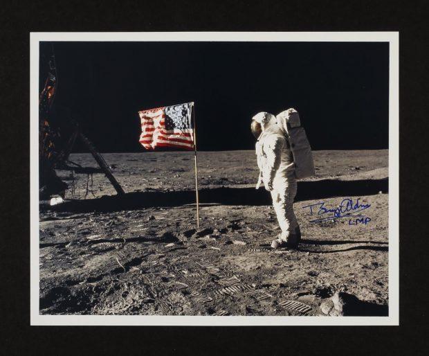 فروش تجهیزات فضانوردی برنامه فضایی آپولو همزمان با چهل و هشتمین سالگرد فرود بر ماه