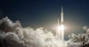 اولین محموله موشک فالکون سنگین اسپیس ایکس، یک خودرو تسلا خواهد بود!