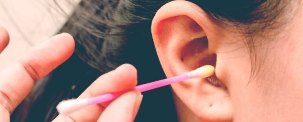 چرا پاک کردن گوش و تمیز کردن جرم آن کار غلطی است؟