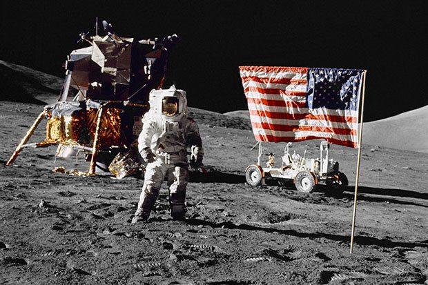 فرود بر خاک ماه