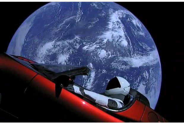 چرا تصاویر خودرو تسلا رودستر فرستادهشده به فضا توسط اسپیس ایکس قلابی به نظر میآید؟!