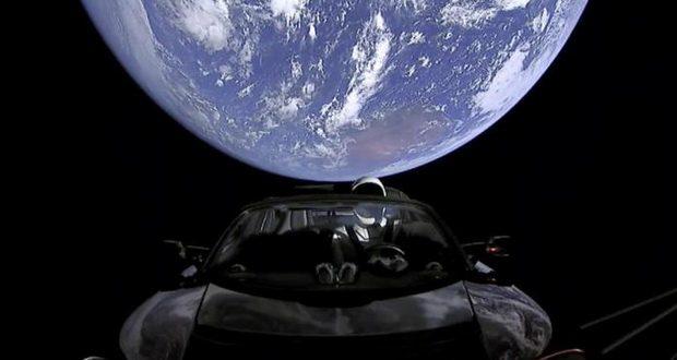 زمین تخت گرایان میگویند که پرتاب موشک فالکون سنگین اسپیس ایکس یک توطئه است!