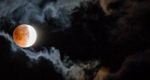عکس ماه گرفتگی 5 مرداد 97 : تصاویر دیدنی طولانی ترین ماه گرفتگی قرن