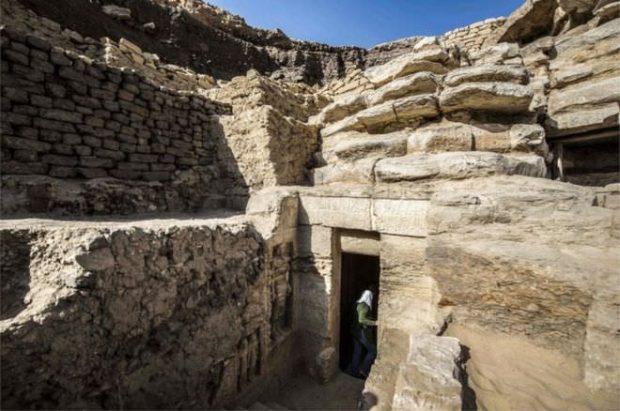 پایگاه خبری آرمان اقتصادی Egypt-3-620x411 کشف مقبره  جدید کاهن دربار فرعون با 55 مجسمه در مصر + عکس