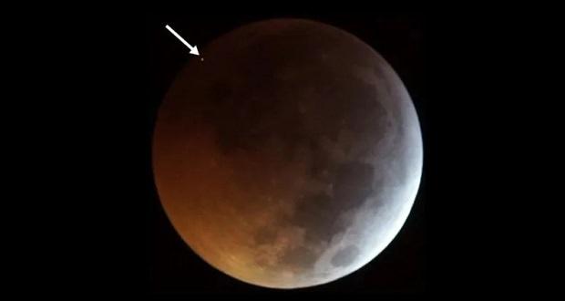 برخورد شهاب سنگ با ماه