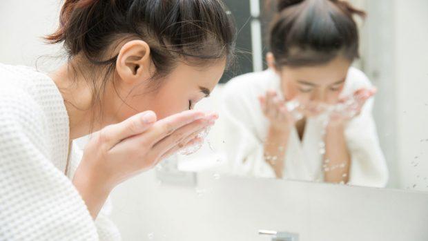 شستن صورت برای جلوگیری از ایجاد جوش