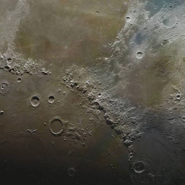 این تصویر از سطح ماه با ترکیب 100.000 عکس ساخته شده!