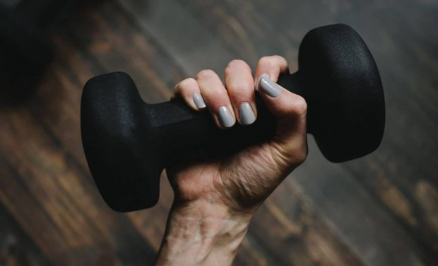دمبل زدن تنها با یک دست میتواند دست دیگر شما را هم قوی کند